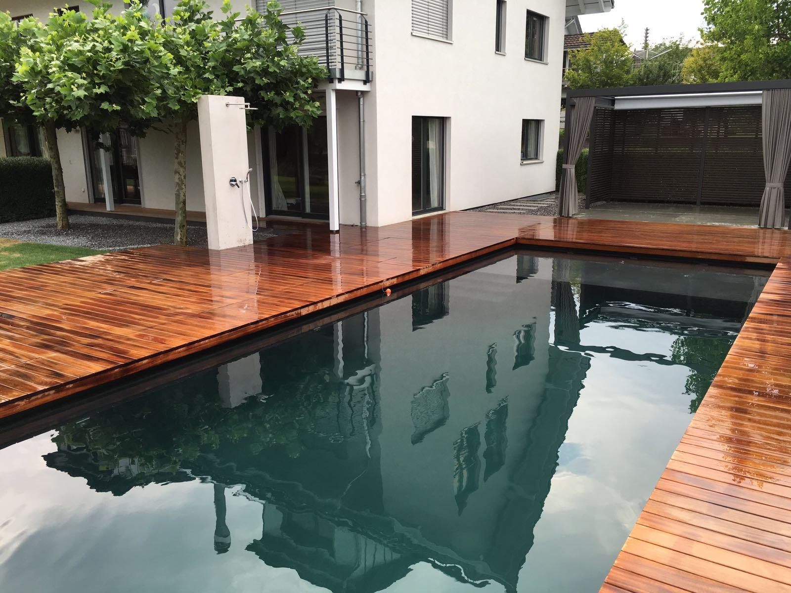 Der Poolbereich Wird Durch Ein Grosszügiges Holzdeck Mit Pergola Und  Sichtschutz Ergänzt. Der Pool Enthält Eine Niedrigwasserzone Für Kinder  Oder Relaxende ...